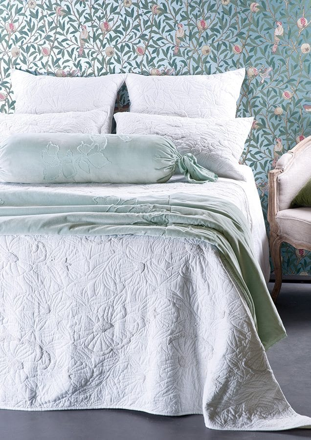 Magnolia Bedspread with Moineau Comforter HR